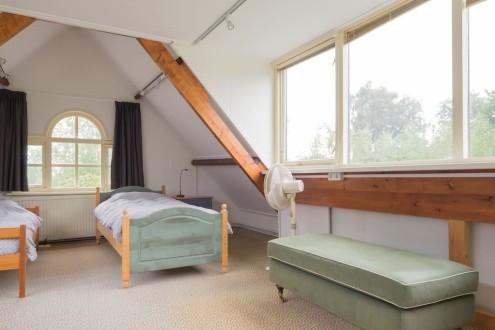 Koetshuis slaapkamer boven twee bedden1