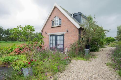 Koetshuis vrijstaand midden in de polder