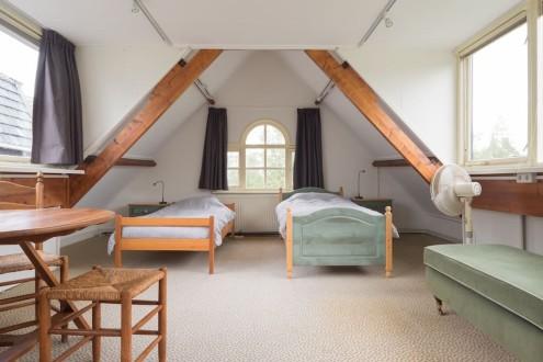 Koetshuis slaapkamer boven twee bedden
