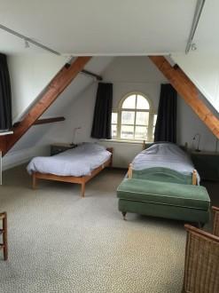 Koetshuis slaapkamer boven twee bedden53