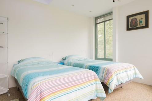 Koetshuis slaapkamer twee eenpersoonsbedden