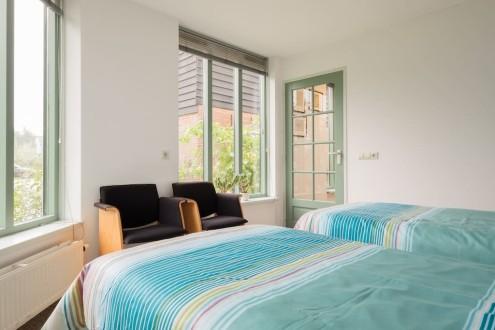 Koetshuis slaapkamer twee eenpersoonsbedden3