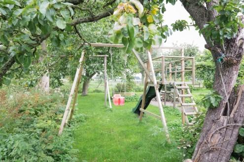 Koetshuis tuin speeltoestellen diverse zitjes